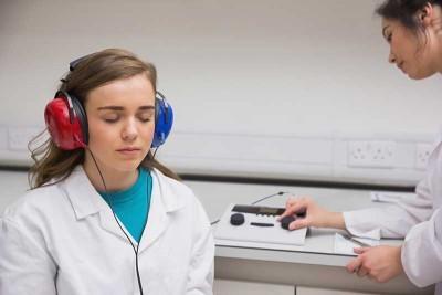 Акустическая травма уха, слухового нерва: симптомы и лечение в домашних условиях