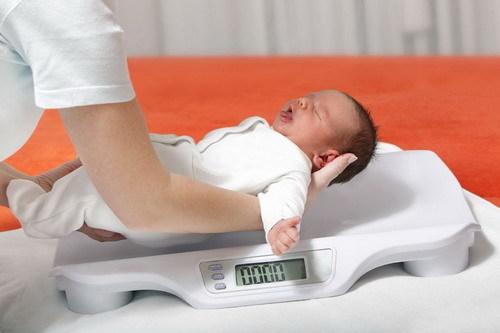 Контрольное взвешивание ребенка: техника нормы для грудного ребенка